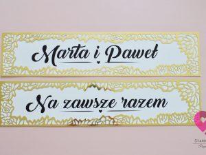 złote tablice rejestracyjne z motywem kwiatów w stylu glamour