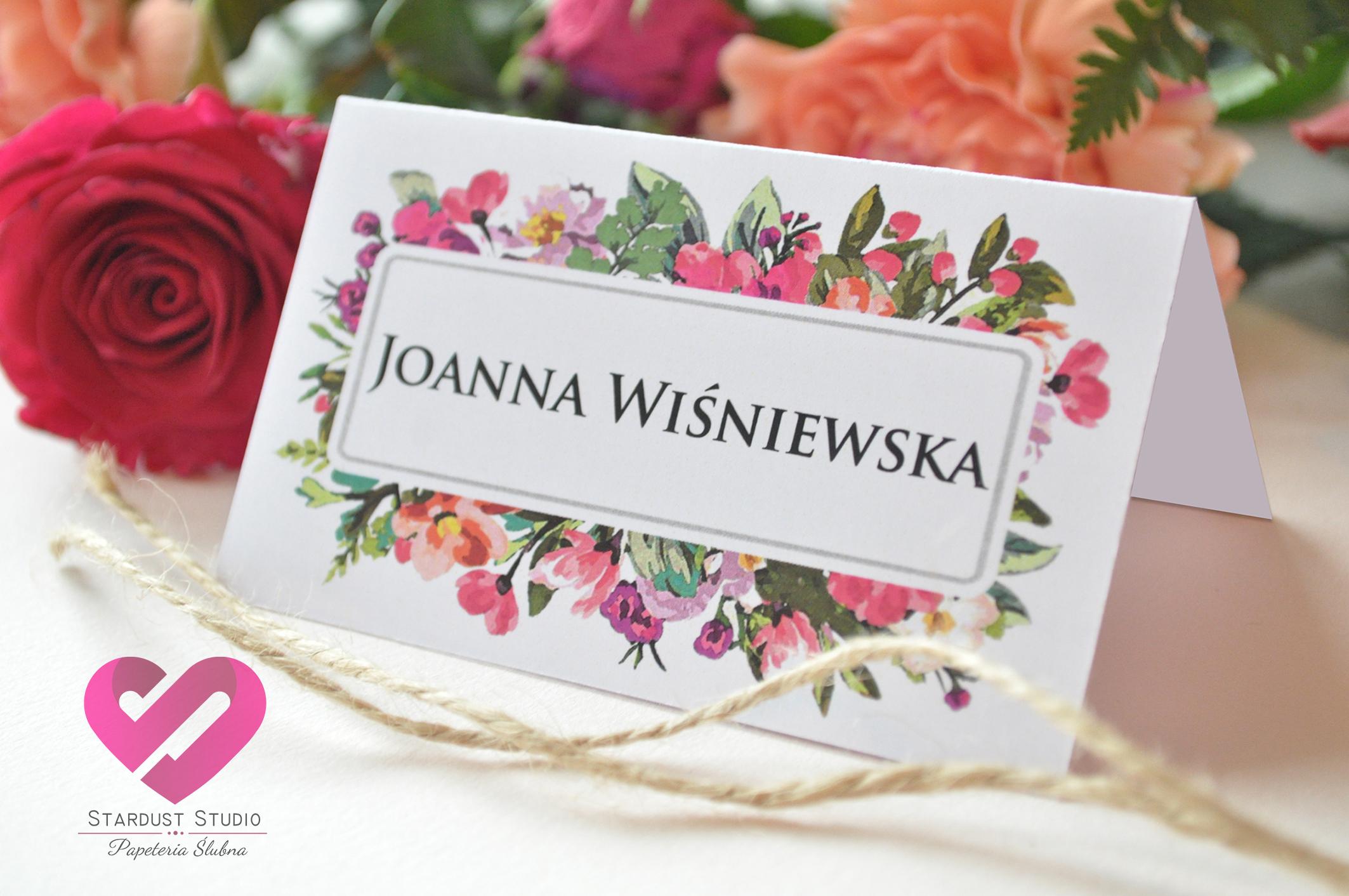 Pastelowe, odważne winietki ślubne z motywem kwiatów, w stylu boho. Pasujące do zaproszeń ślubnych