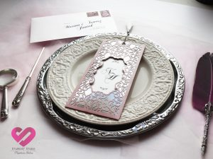 Zaproszenia ślubne z chwostem Eleganckie ażurowe złote zaproszenia ślubne z chwostem w stylu glamour w kolorze pudrowego różu
