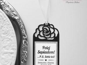 Czarna zawieszka ślubna na butelkę z motywem róży w stylu glamour