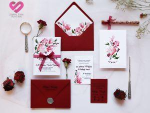 Zaproszenia ślubne Kwitnące Magnolie. Rustykalne, bordowe zaproszenia ślubne z motywem kwiatów magnolii w stylu boho