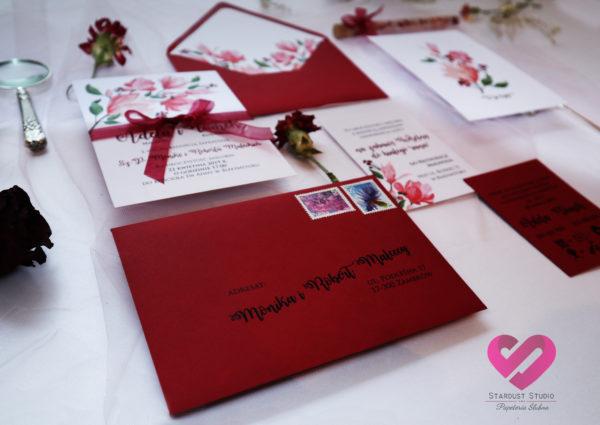 Rustykalne, bordowe zaproszenia ślubne z motywem kwiatów magnolii w stylu boho