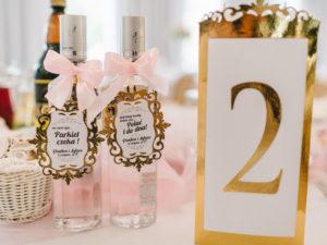 Eleganckie numery na stół i zawieszki z kokardą z elementami złota w stylu glamour