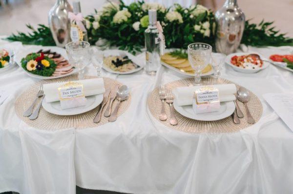 Eleganckie winietki ślubne pudełeczka na stół weselny z elementami złota w stylu glamour