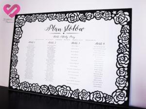 Eleganckie, ażurowe plany stołów w stylu glamour, z czarną ramą z motywem róż