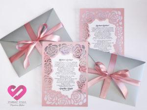 Eleganckie, różowe, wycinane ażurowo zaproszenia ślubne dla rodziców z próśbą o błogosławieństwo w stylu glamour z romantycznym motywem róż i elegancką wstążką