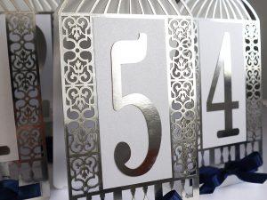 Oryginalne numery weselne, ażurowe, wycinane laserowo numery na stół weselny w kolorze srebra w stylu glamour