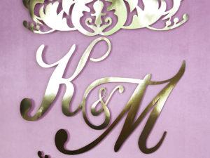 Oryginalne, ażurowe złote dekoracyjne inicjały na ściankę weselną dla Pary Młodej w stylu glamour