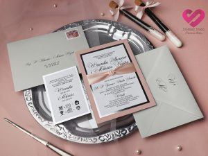 Zaproszenia ślubne eleganckie niewątpliwie nowoczesne zaproszenia ślubne w stylu glamour z elementami srebra i różową wstążką
