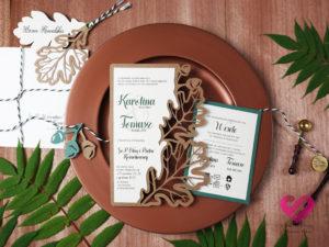 Naturalne, rustykalne zaproszenia ślubne wycinane ażurowo w papierze ekologicznym w stylu boho z motywem dębowych liści.