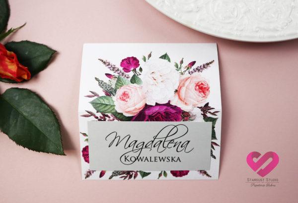 Pastelowe, odważne winietki ślubne na alkohol z motywem kwiatów, w stylu boho. Pasujące do zaproszeń ślubnych