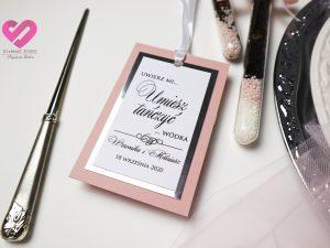 Różowe, delikatne, eleganckie zawieszki ślubne na stół weselny w stylu glamour z elementami srebra