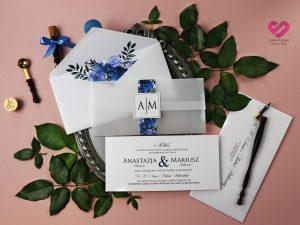 Nowoczesne, proste zaproszenia ślubne z pergaminową kopertą i opaską z motywem kwiatowym