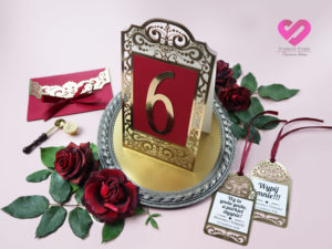 ażurowe numery na stół weselny, zawieszki na stół weselny w kolorze złota i bordo w stylu glamour. Kolekcja Royal.