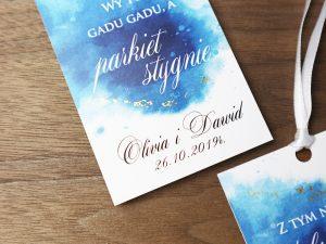 zawieszki ślubne akwarelowe, szafirowe, pastelowe zawieszki ślubne na alkohol w nowoczesnym stylu, niebieskie z delikatnym zloceniem pasujące do zaproszeń.