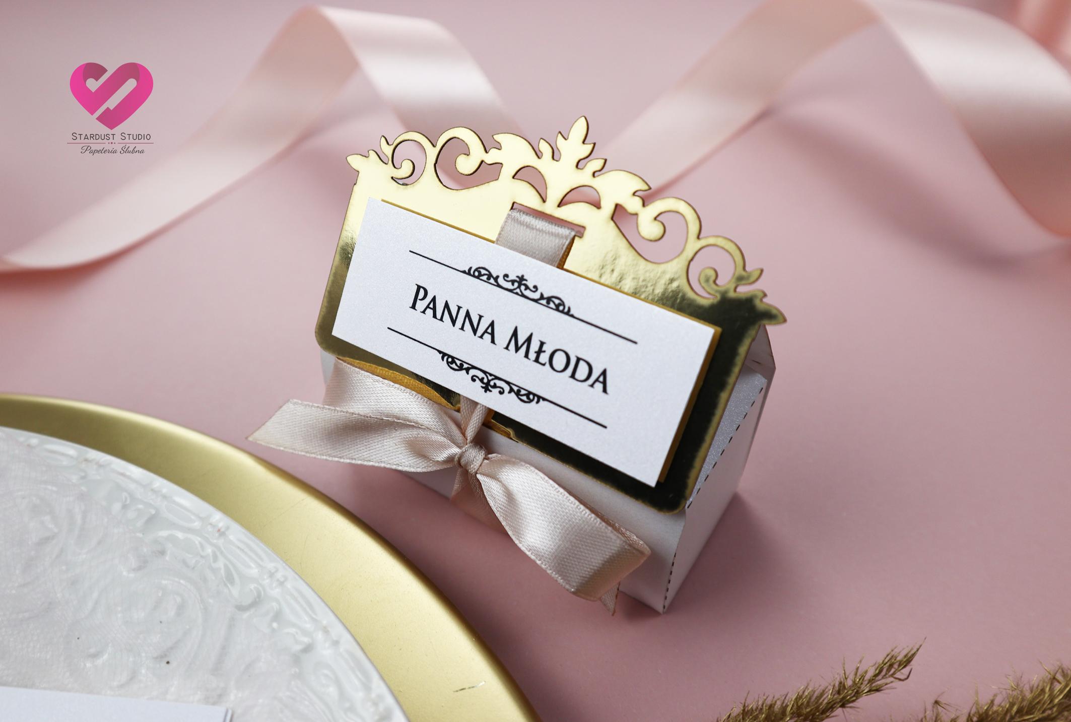 Pastelowe, romantyczne winietki ślubne pudełeczka w stylu glamour z delikatną różową wstążką i złotym ażurem pasujące do zaproszeń. Podziękowania dla gości.