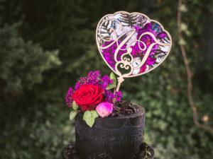 Topper na tort weselny Alicja w Krainie Czarów topper wycinany laserowo kwiatowy Alice in Wonderland