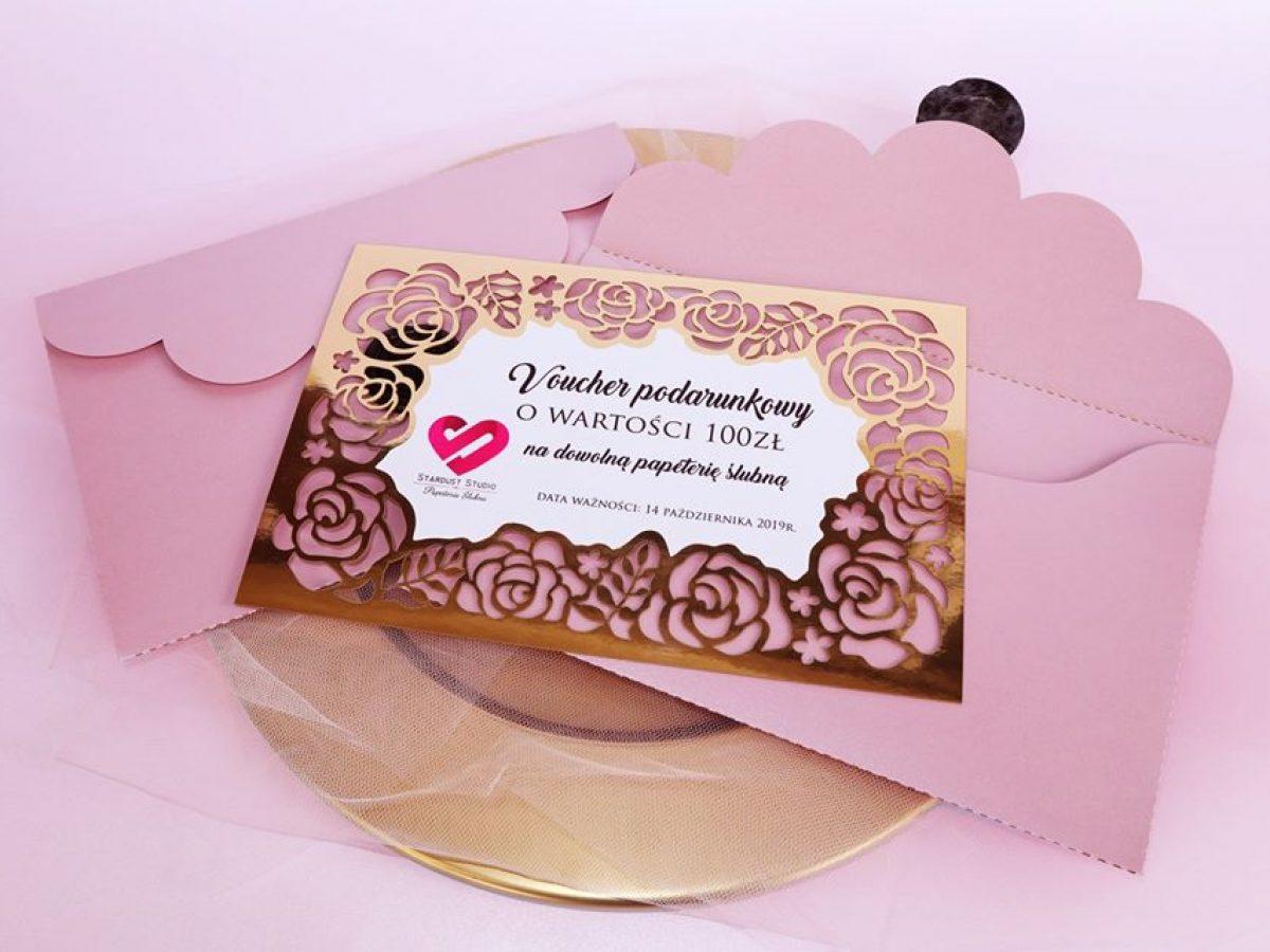 Oryginalne, eleganckie vouchery podarunkowe glamour ze złotym ażurem z motywem kwiatów, róż.