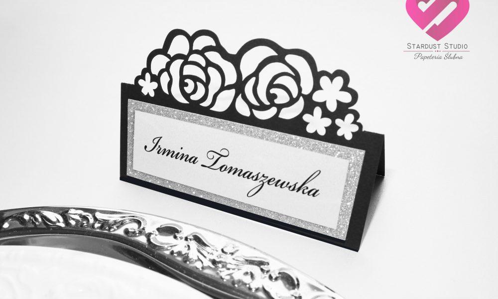 Czarna winietka weselna wycinana laserowo z motywem kwiatów róży w stylu glamour