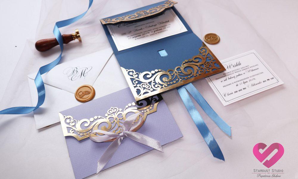 Eleganckie zaproszenia ślubnez elementami złotawycinane laserowo ze wstążką w stylu glamour