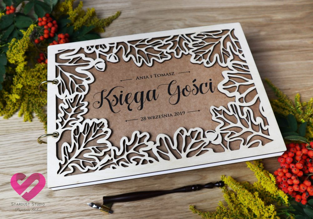 Naturalna, eko ślubna księga gości w stylu rustykalnym, boho na papierze ekologicznym z drewnianym ażurem z motywem dębów