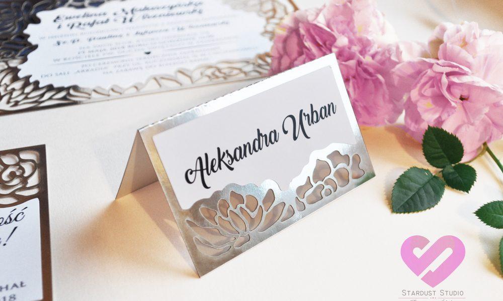 Eleganckie srebrne winietki weselne e z motywem kwiatów w stylu glamour