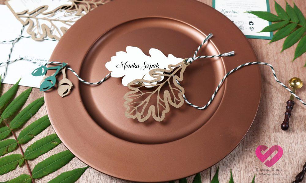 Naturalne, rustykalne, nietypowe winietki ślubne wycinane ażurowo w papierze ekologicznym w stylu boho z motywem dębowych liści.