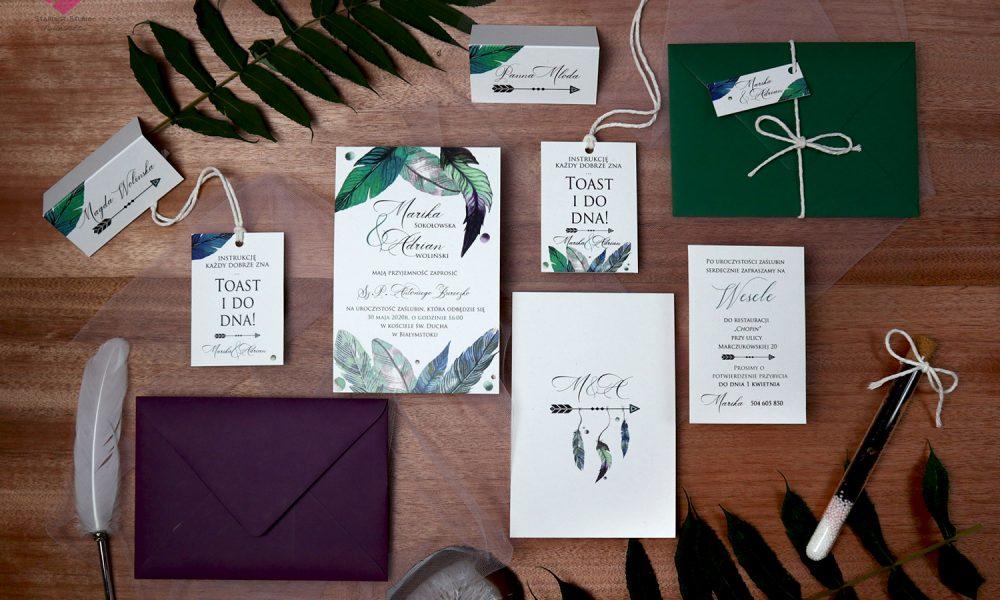 Naturalne, rustykalne, eko zaproszenia ślubne i dodatki na stół weselny w stylu boho z motywem piór