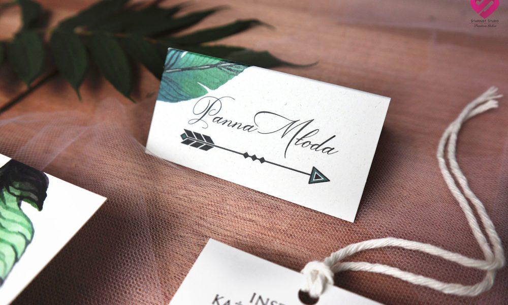 Naturalne, rustykalne winietki ślubne na stół weselny w stylu boho z motywem piór i strzał