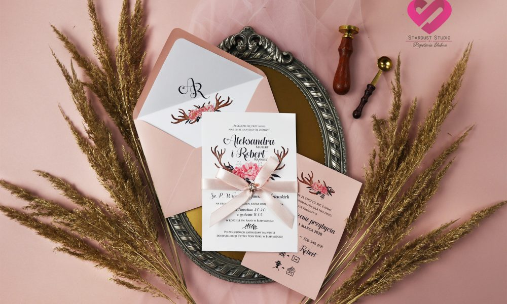 Pastelowe, różowe, łososiowe zaproszenia ślubne w stylu boho, rustykalnym z motywem róż i elegancką wstążką