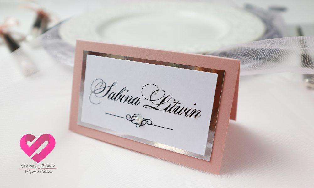 Różowe, delikatne, eleganckie winietki ślubne w stylu glamour z elementami srebra