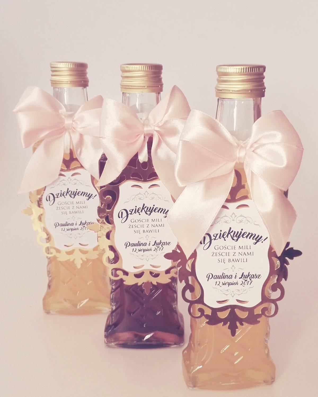 Oryginalne dodatki na ślub i wesele, ażurowe zawieszki weselne na butelki ze złotym ażurem i atłasową kokardką